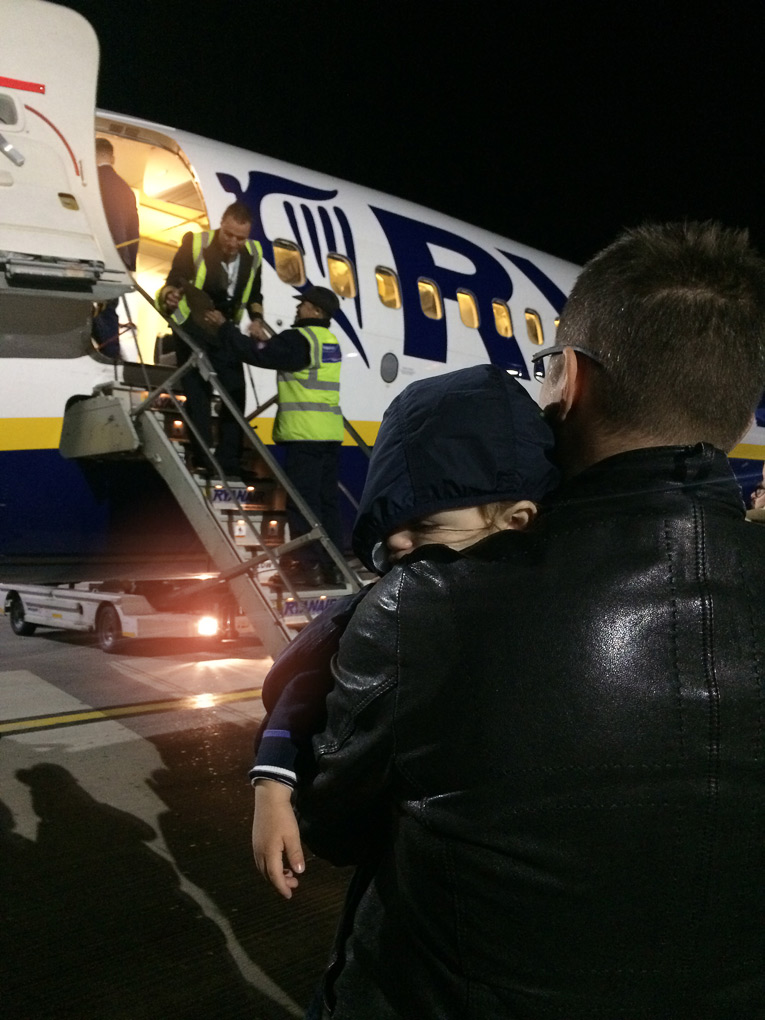 batole poprvé v letadle