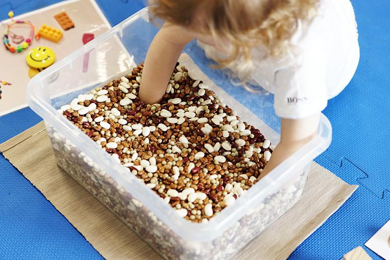kurz poznáváme svět, montessori, vhodná aktivita pro dítě, jak zabavit batole