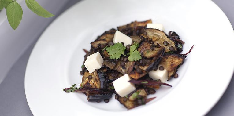 černá čočka beluga s lilkem, beluga, vegetariánské jídlo, recept na čočku, recept na lilek