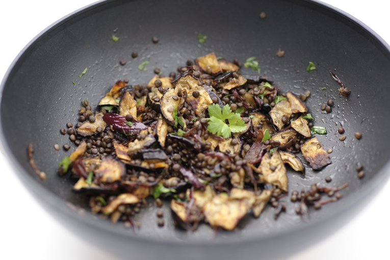 černá čočka beluga s lilkem, beluga, vegetariánské jídlo, recept na čočku, recept na lilek, pánev wok Fissler