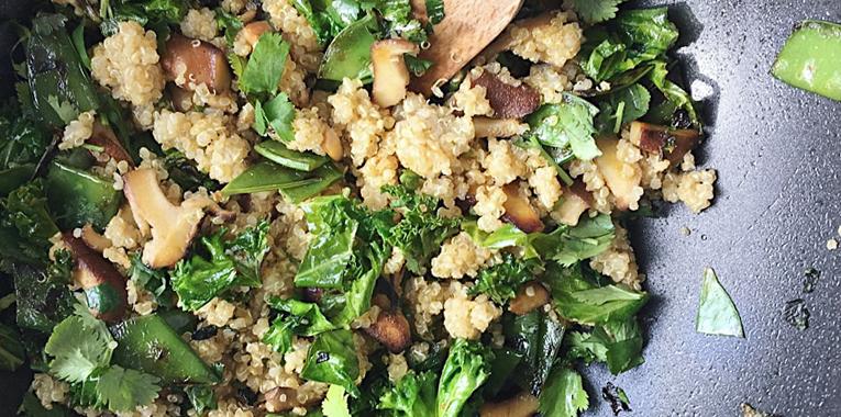 podpora imunity, zeleninová pánev s quinoou, jak posílit imunitu, recept na quinou, kadeřávek, imunita