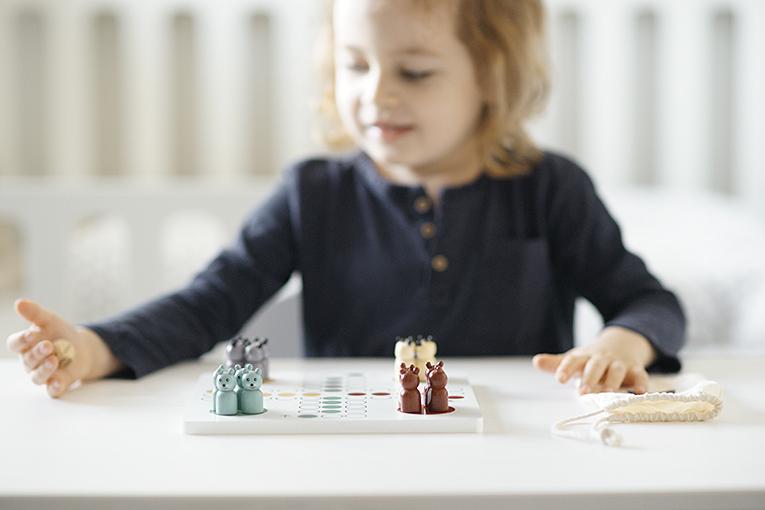 dřevěné hračky, člověče nezlob se Kids Concept, hračky pro tříleté děti, jak zabavit čtyřleté dítě