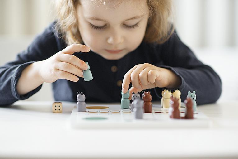 dřevěné hračky, člověče nezlob se Kids Concept, hračky pro tříleté děti, jak zabavit dítě