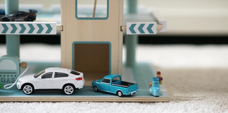 hračky pro tříleté děti, aktivity pro děti, Little Dutch patrové garáže, dřevěné hračky