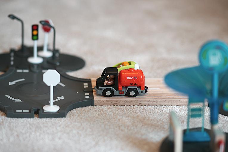 Autodráha, dřevěné hračky pro děti, aktivity pro tříleté děti